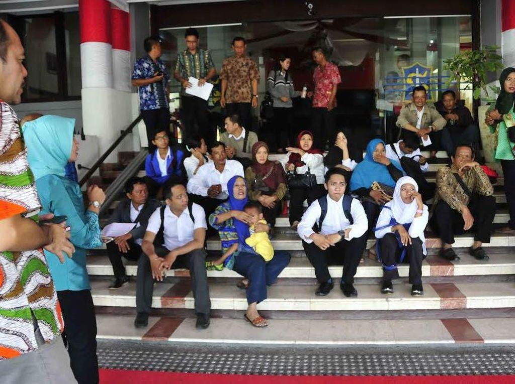 Puluhan Korban Penipuan Penerimaan CPNS Datangi Balai Kota Surabaya