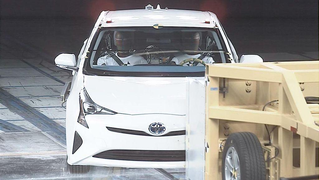 Uji Tabrak Toyota Prius Generasi ke-4