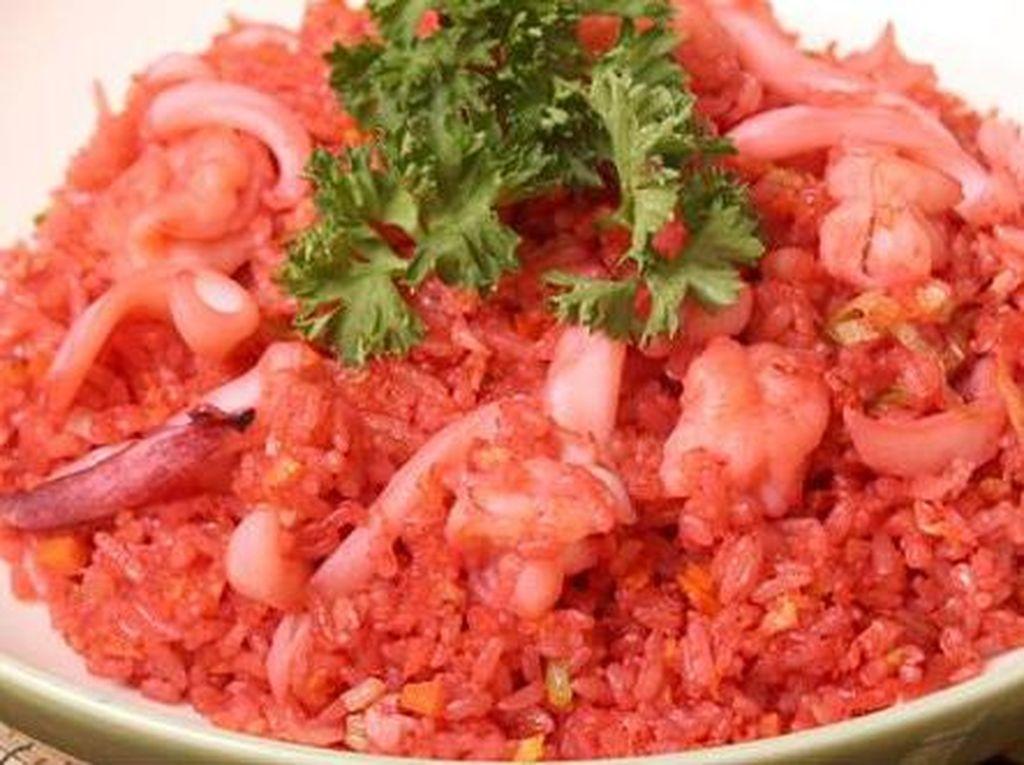 Bikin Laper! Jajan Nasi Goreng Merah dan Coto Makassar Mantul