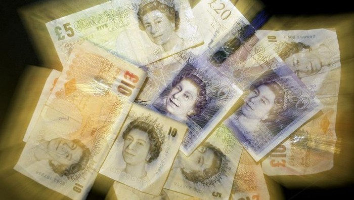 British Sterling pound notes are pictured in London, on December 4, 2008.The British pound hit a record euro low on Thursday, while the single unit dipped against the dollar, ahead of expected interest rate cuts from the Bank of England and the European Central Bank. In London trade, the pound dropped to 1.1499 euros -- the lowest level since the creation of the European single currency in 1999. AFP PHOTO/Shaun Curry / AFP PHOTO / SHAUN CURRY