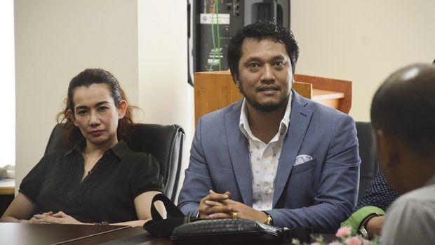 Artis Reza Artamevia (kiri) didampingi pengacaranya Ramadan Alamsyah (kanan) saat diperiksa di Kantor BNN Provinsi NTB di Mataram, Kamis (1/9). Reza Artamevia diperiksa pihak BNN dan Polda NTB terkait tertangkapnya Ketua Umum Persatuan Artis Film Indonesia (Parfi) Gatot Brajamusti saat penggerebekan oleh Polres Mataram di sebuah kamar hotel di Mataram pada Minggu (28/8/2016) malam yang diduga sedang melakukan pesta narkoba. ANTARA FOTO/Ahmad Subaidi/foc/16.