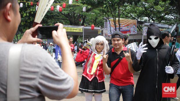 Pengunjung dapat berfoto bersama pengunjung yang bercosplay karakter anime di Jak Japan Festival, Gelora Bung Karno, Jakarta Pusat, Sabtu, 3 September 2016. Festival budaya Jepang digelar dari 3-4 September 2016. CNN Indonesia/Gautama Padmacinta.