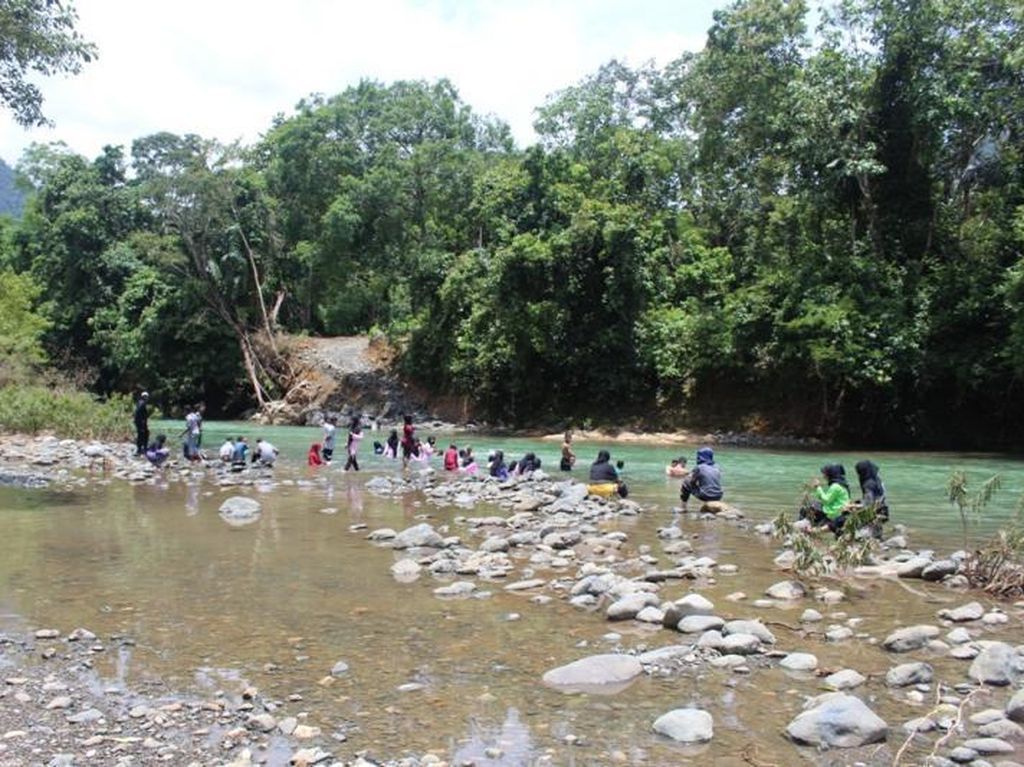 Asyiknya Main Air di Sungai Brayeung, Aceh Besar
