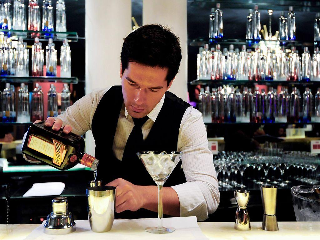 Kalau Ingin Tahu, Ini yang Terjadi Dibalik Meja Bartender (2)