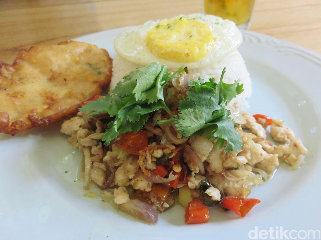 Twin House: Bersantai Sambil Makan Nasi Ayam Salsa Matah dan Banofee Waffle