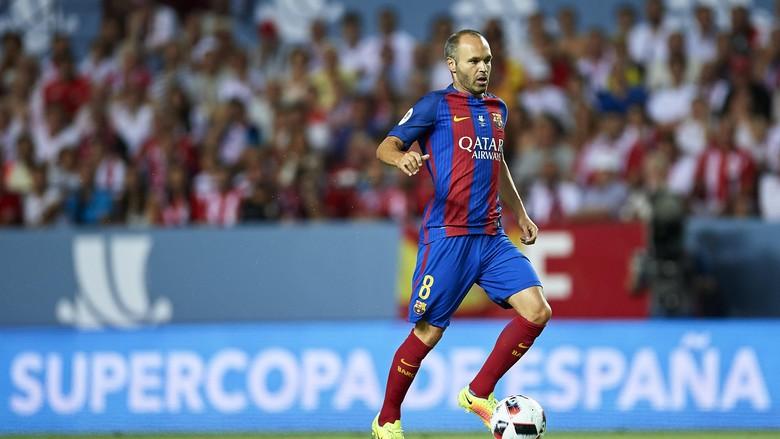 Iniesta Fokus Bawa Barca Raih Trofi, Belum Pikirkan Kontrak Baru