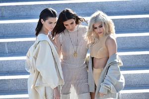 Klan Kardashian Eksis di Fashion Show, Wulan Guritno Tetap Awet Muda