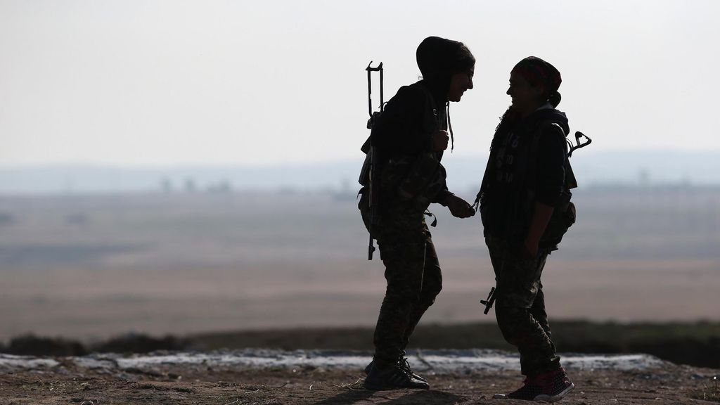 Perempuan Anti-ISIS Pemanggul Senapan
