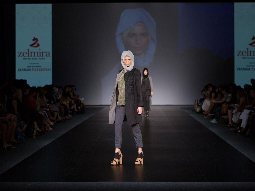 Busana Karya 4 Siswi SMK Kudus Naik Pentas di Panggung Mode Hong Kong