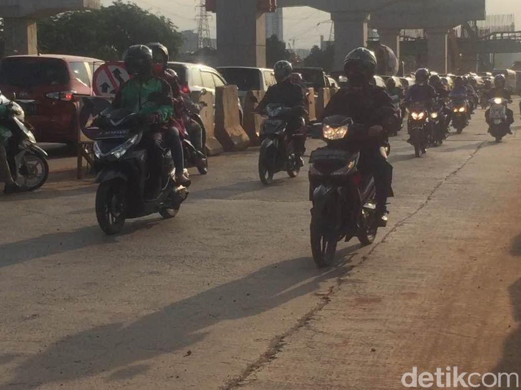Warga dari Arah DKI ke Bekasi Dicek Suhu Tubuhnya di Jalan