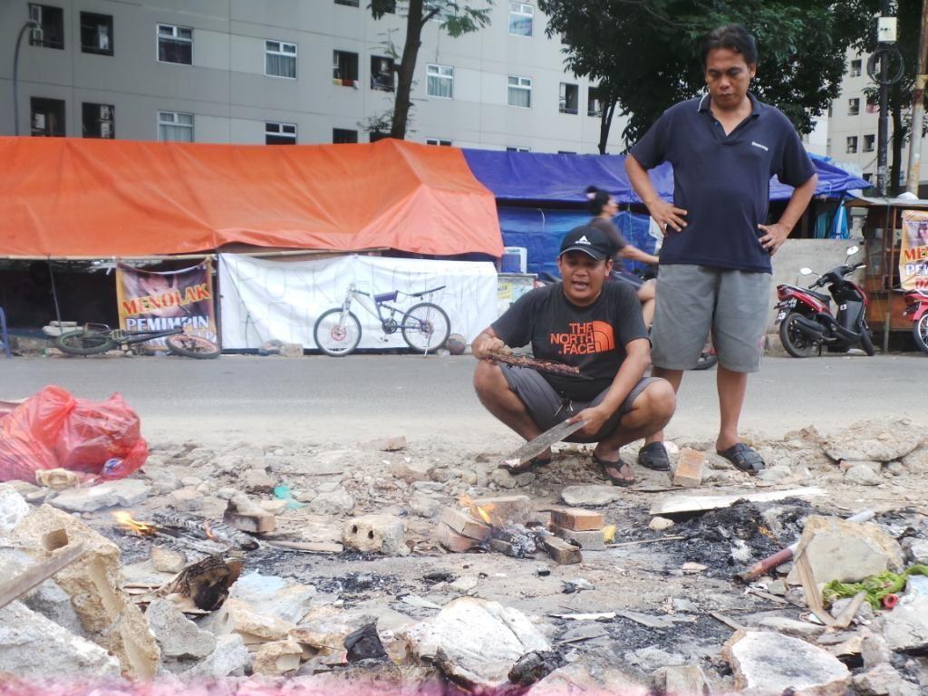 Warga Korban Penggusuran Rawajati Darurat Air Bersih