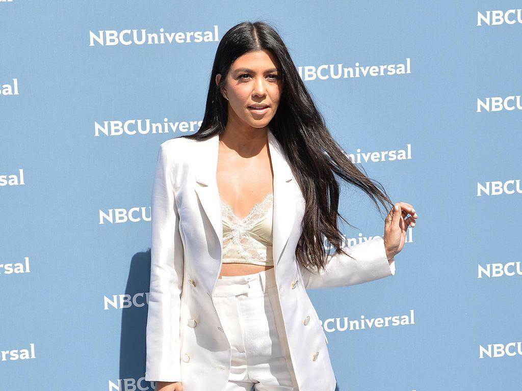Kourtney Kardashian Mesra dengan Kekasih saat Berenang di Italia