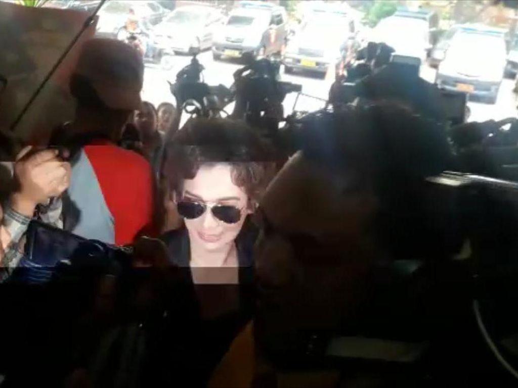 Berkacamata Hitam, Reza Artamevia Penuhi Panggilan Polisi Jadi Saksi Kasus Gatot