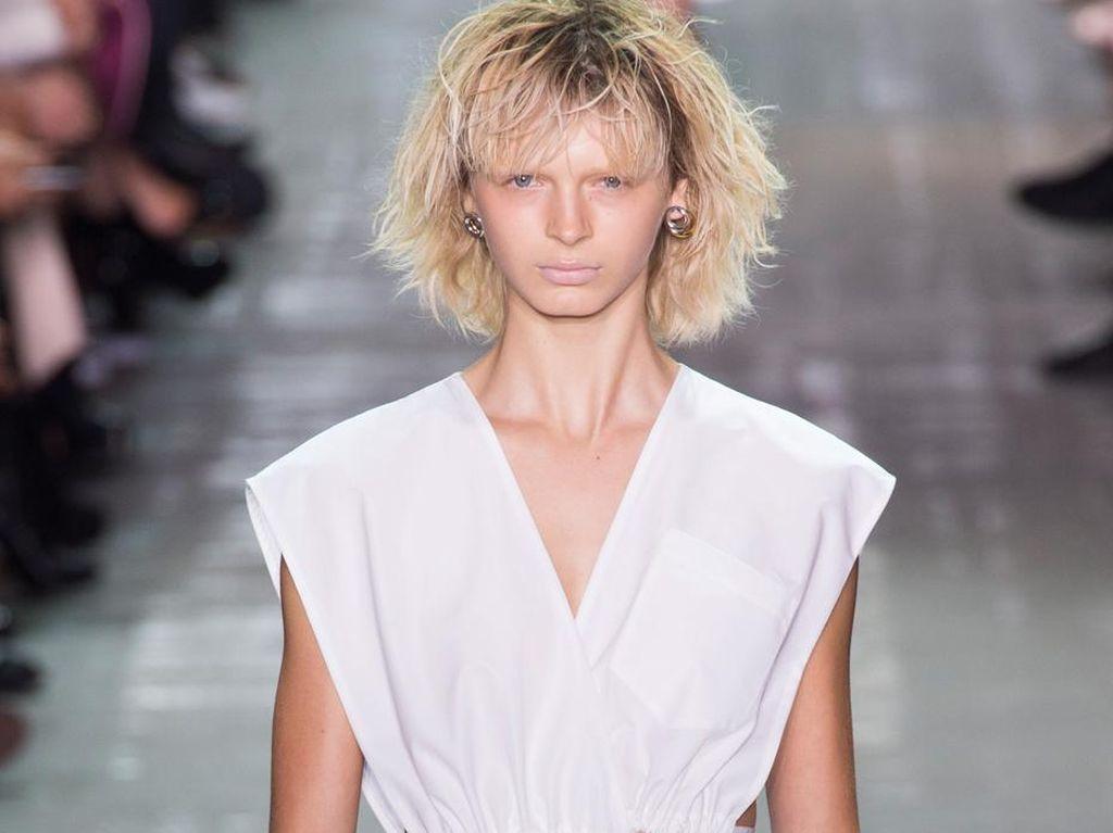 Tampil di Show Alexander Wang, 18 Model Harus Potong & Bleaching Rambut