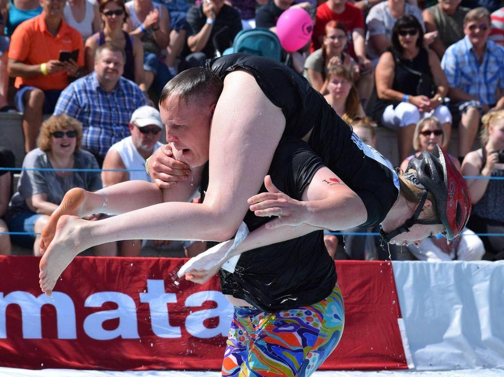 Lomba Lari Unik Sambil Gendong Istri di Finlandia