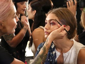 Mengintip Gigi Hadid di Backstage New York Fashion Week