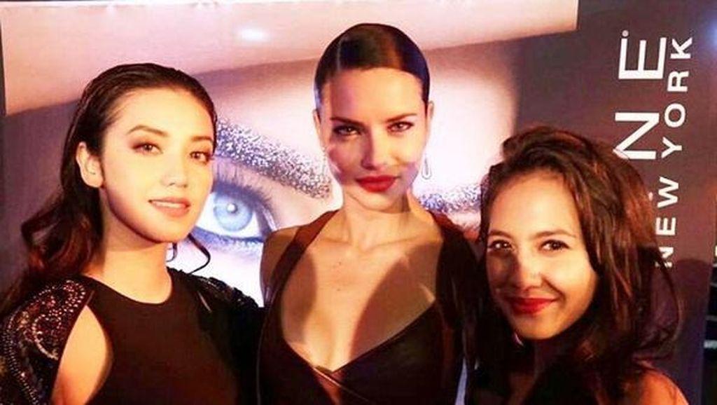 Cerita Seru Pevita Pearce & Velove Vexia Usai Nonton New York Fashion Week