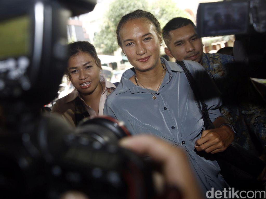 Nadine Chandrawinata Diperiksa Terkait Gatot Brajamusti
