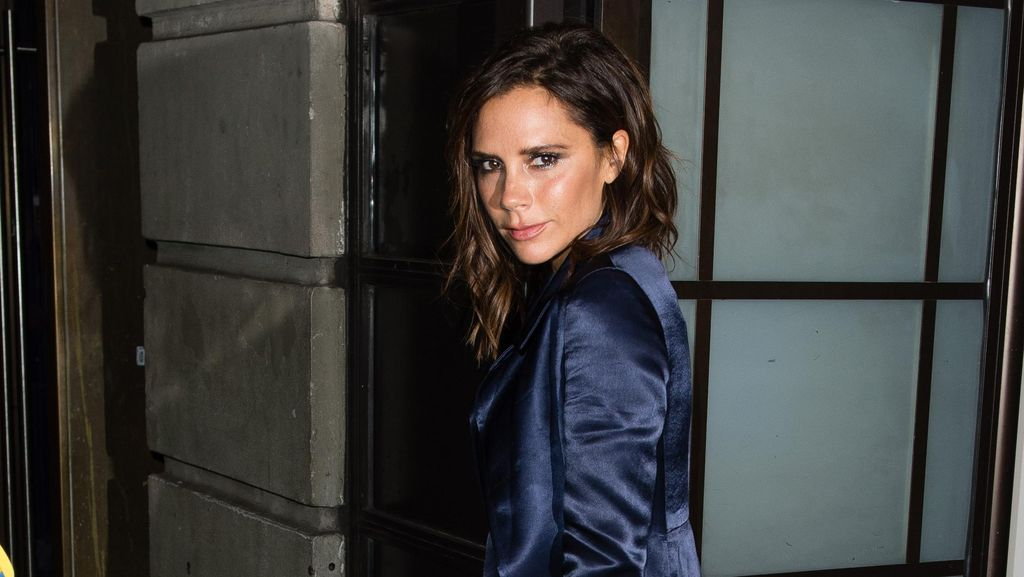 Gaya Stylish Victoria Beckham dengan Jumpsuit & Coat Satin