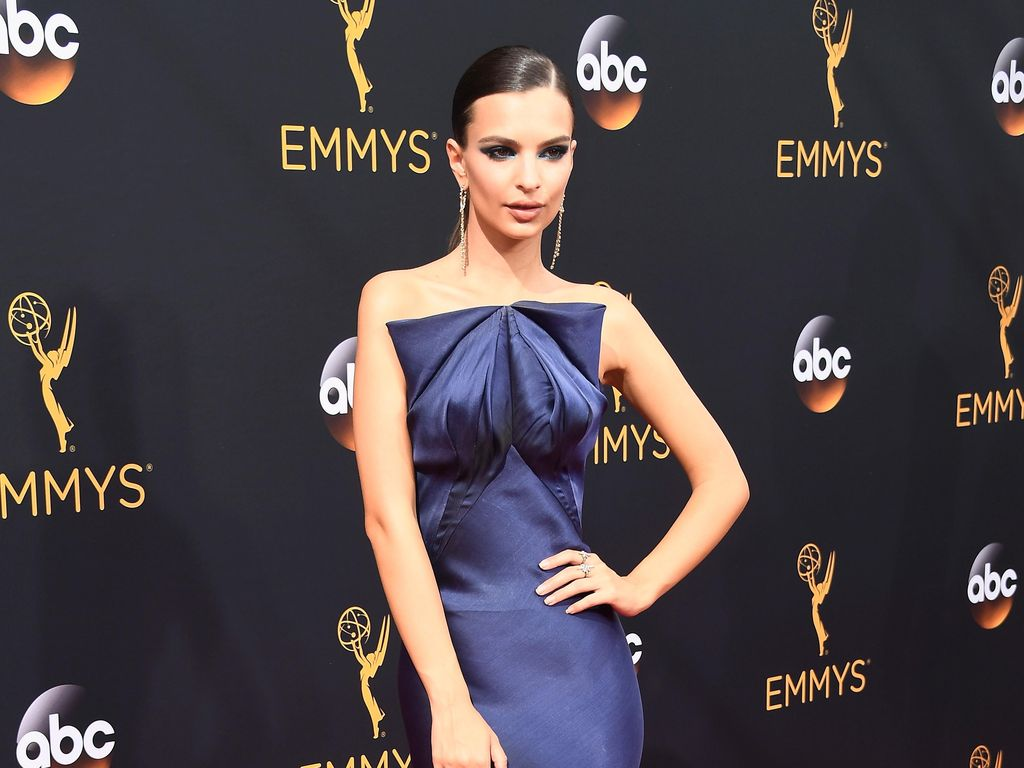 Emily Ratajkowski Tampil Menawan Bergaun Sutra di Emmy Awards 2016