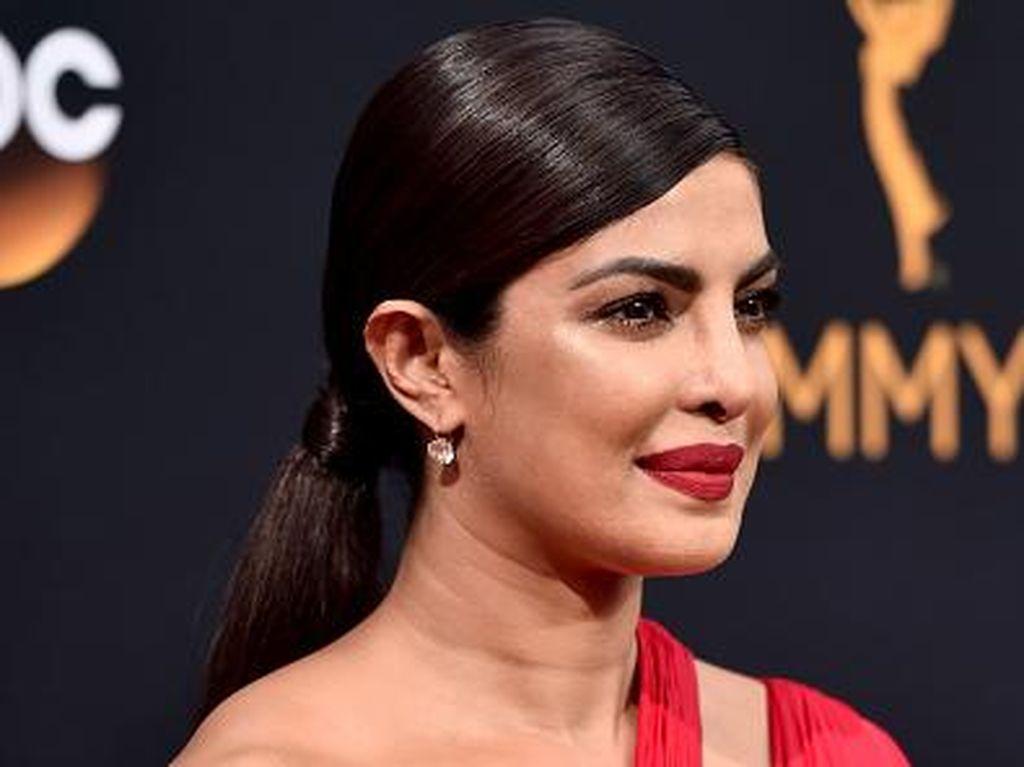 5 Selebriti yang Tampil dengan Lipstik Merah di Emmy Awards 2016