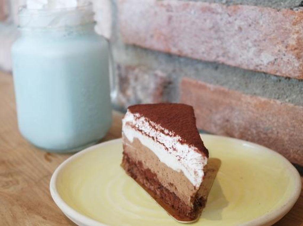 Lucky Cat: Bersantai Menikmati Triple Choco Cake dan Seasalt Latte di Kafe yang Buka 24 Jam