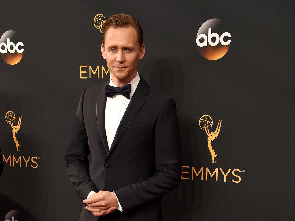 Tom Hiddleston Jalan di Karpet Merah Sendiri Setelah Putus dari Taylor Swift