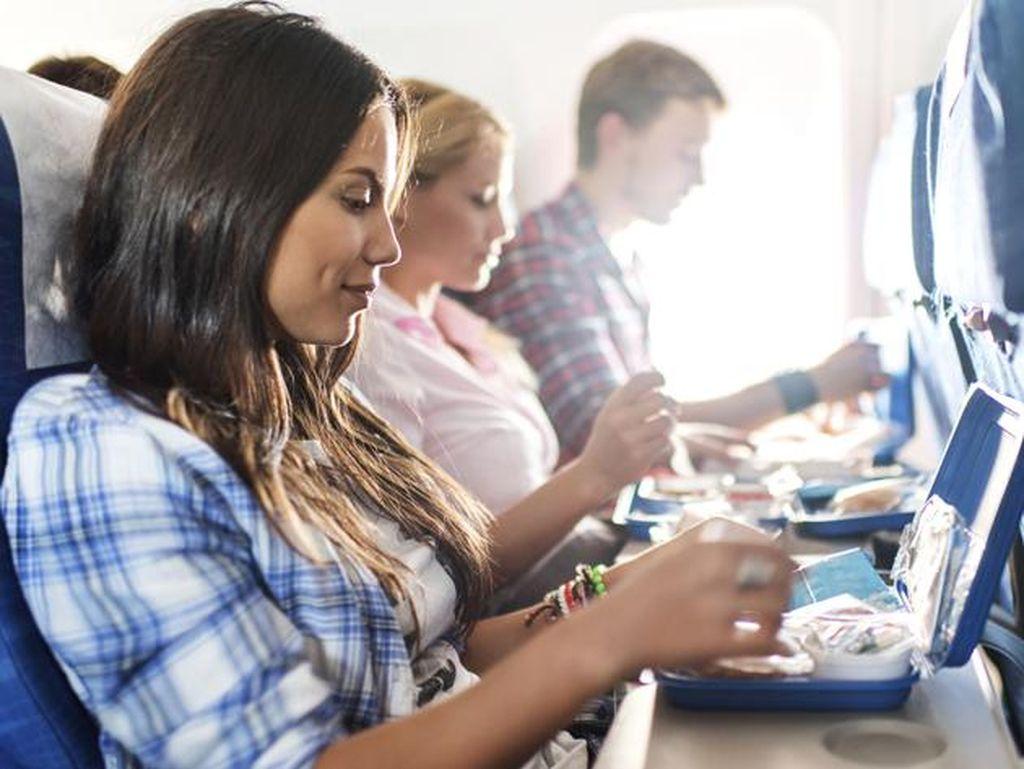 Konsumsi Makanan Ini Agar tak Kembung Saat Traveling dengan Pesawat