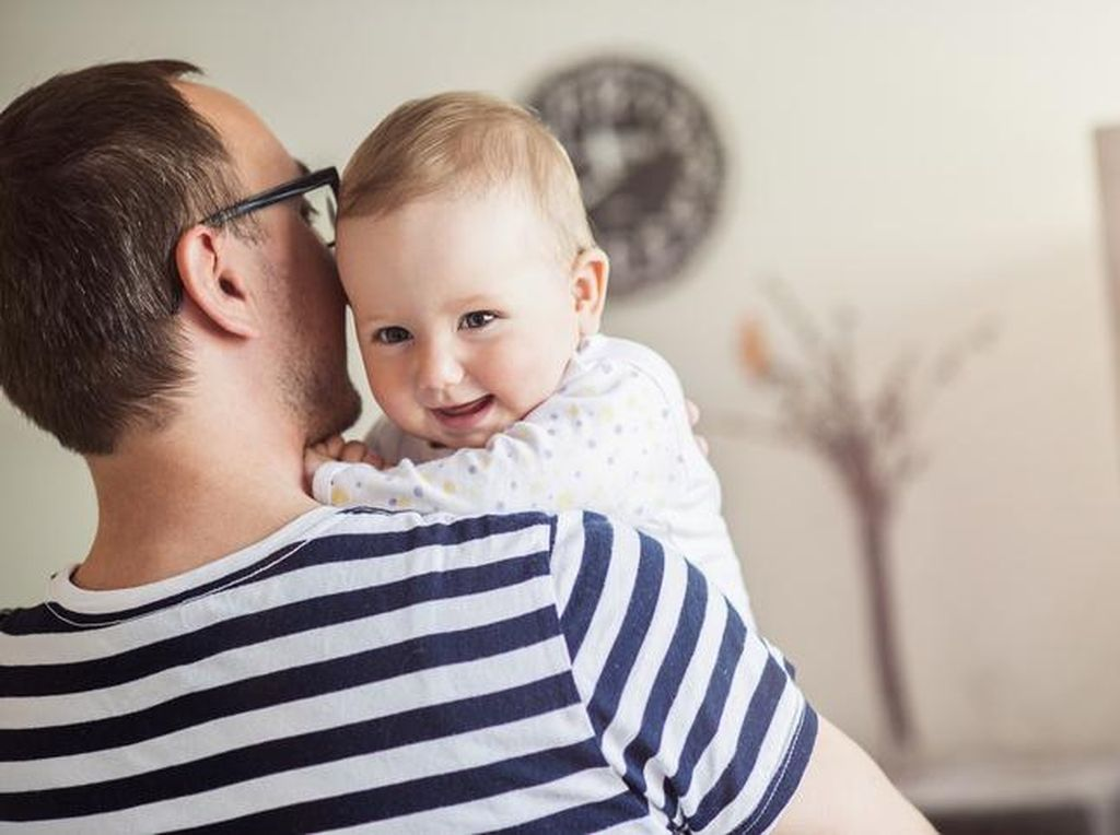 Gemas! Bayi Ini Ganggu Ayahnya Bikin Video Tutorial