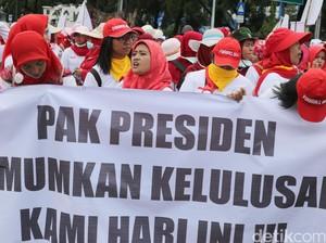 Urung Jadi PNS, Bidan Desa Kembali Demo Istana