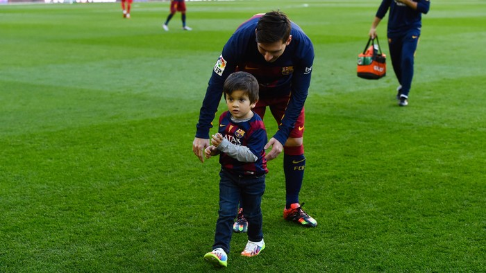 BARCELONA, SPAIN - NOVEMBER 28:  Lionel Messi of FC Barcelona and his son Thiago ahead of the La Liga match between FC Barcelona and Real Sociedad de Futbol at Camp Nou on November 28, 2015 in Barcelona, Spain.  (Photo by David Ramos/Getty Images)