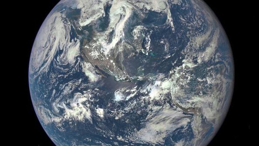Di Luar Angkasa, Bumi Bak Butiran Debu