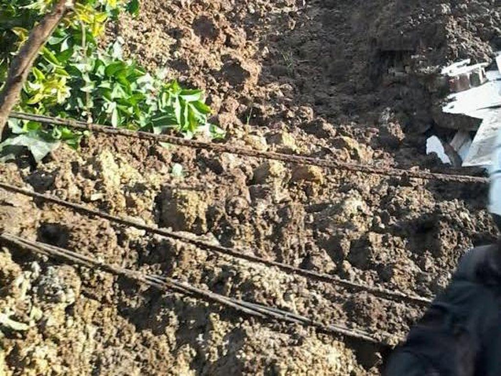 Penampakan Longsor di Ciherang Sumedang, Jalan Tertutup Tumpukan Tanah!