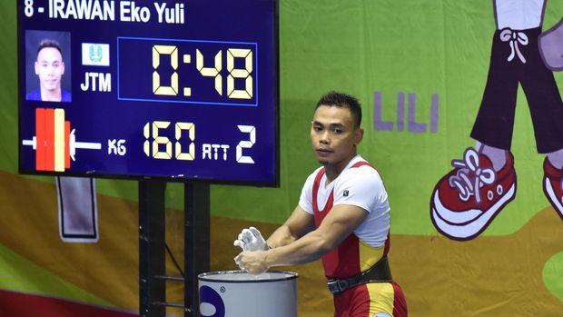 Lifter putra Jatim Eko Yuli Irawan bersiap melakukan angkatan clean and jerk pada perlombaan kelas 62 kg PON XIX di Gor Sabilulungan, Jalak Harupat, Kabupaten Bandung, Jabar, Selasa (20/9). Eko Yuli Irawan meraih emas setelah berhasil melakukan total angkatan 307 kg, sementara medali perak diraih lifter Jabar M Hasbi dengan total angkatan 280 kg dan medali perunggu diraih lifter Sumsel Ardiansyah dengan total angkatan 262 kg. ANTARA FOTO/Wahyu Putro A/aww/16.
