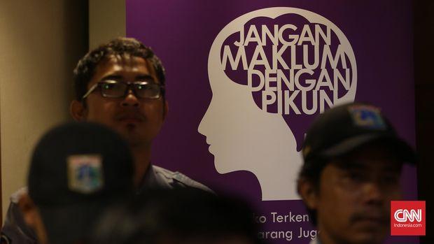 Sejumlah pasukan ungu saat acara Gerakan Melawan Pikun sekalgius bertepatan dengan hari Alzheimer's sedunia di Balaikota, Jakarta, Rabu, 21 September 2016. CNN Indonesia/Safir Makki