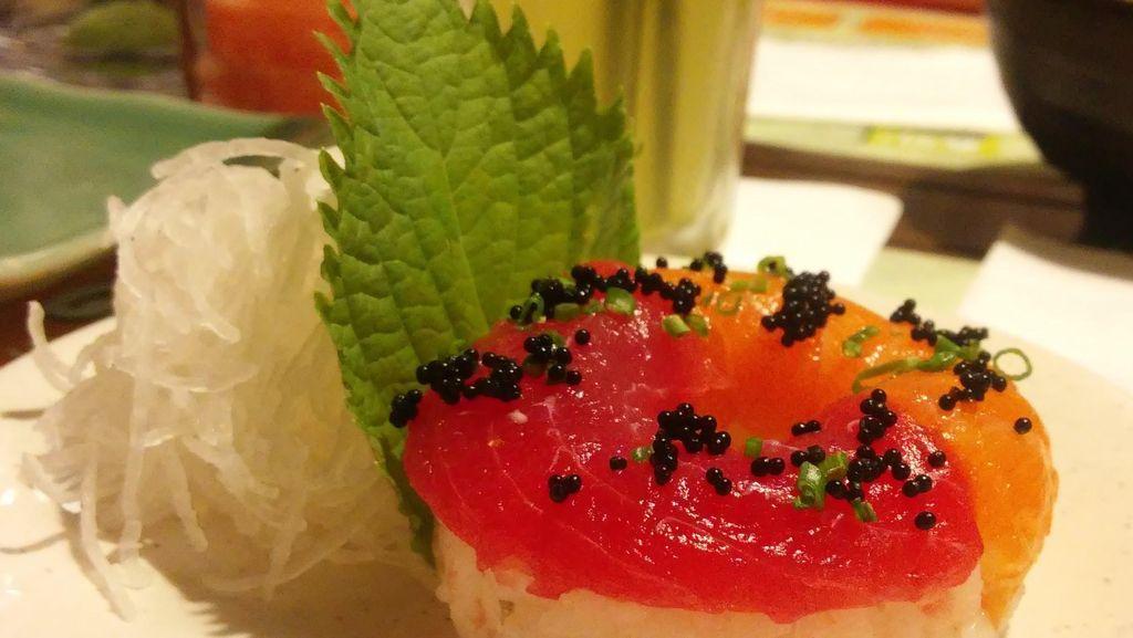 Ada Hadiah Kejutan di Bawah Piring dan Sushi Donuts yang Trendy di Resto Sushi Ini