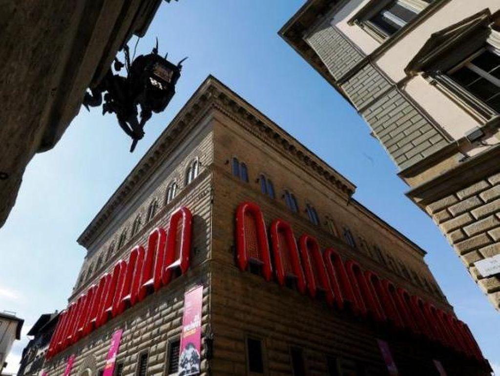 Ai Weiwei Gantung Belasan Perahu Karet di Istana Renaissance Italia