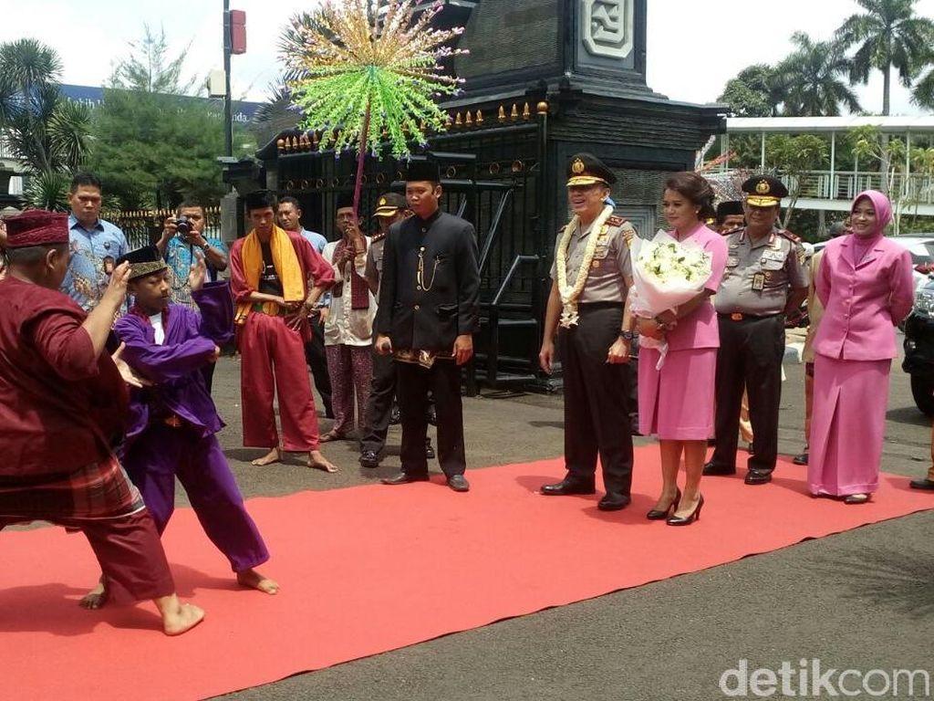 Pedang Pora dan Palang Pintu Sambut Irjen M Iriawan di Polda Metro Jaya