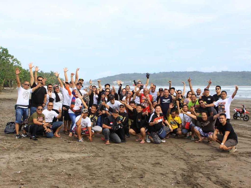 Komunitas Moge Bersih-bersih Pantai Pangandaran