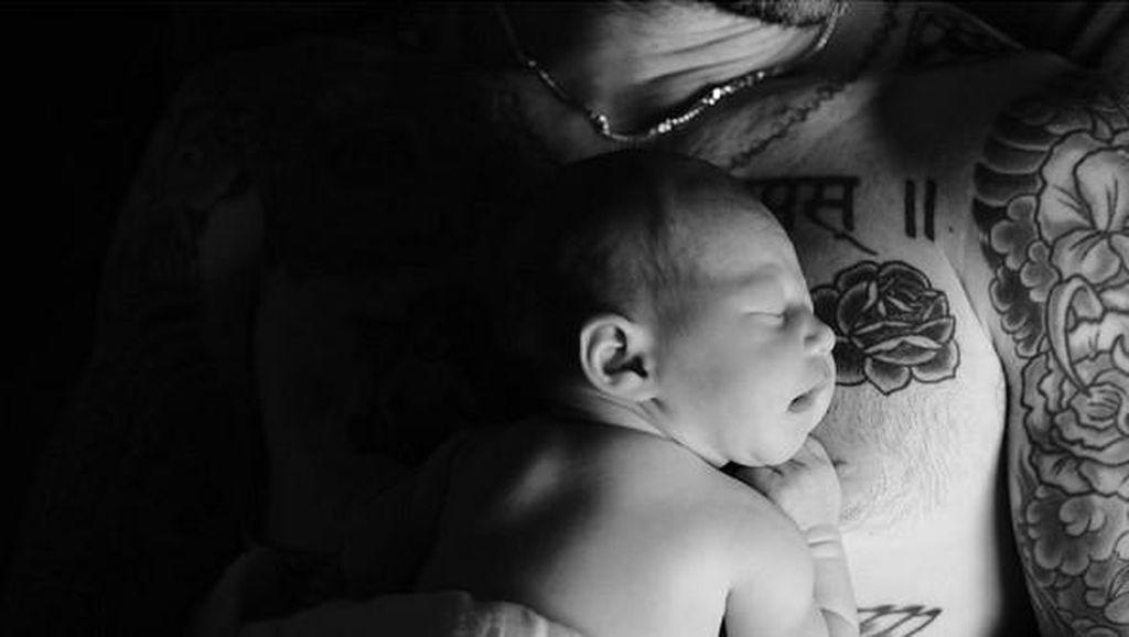 Adam Levine Ungkap Alasan Namai Bayinya Dusty Rose