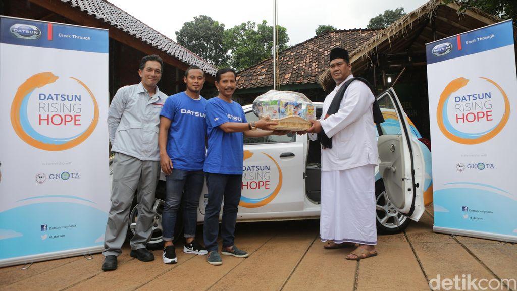 Datsun Ajak Persib Bandung Sumbang Buku dan Alat Olahraga