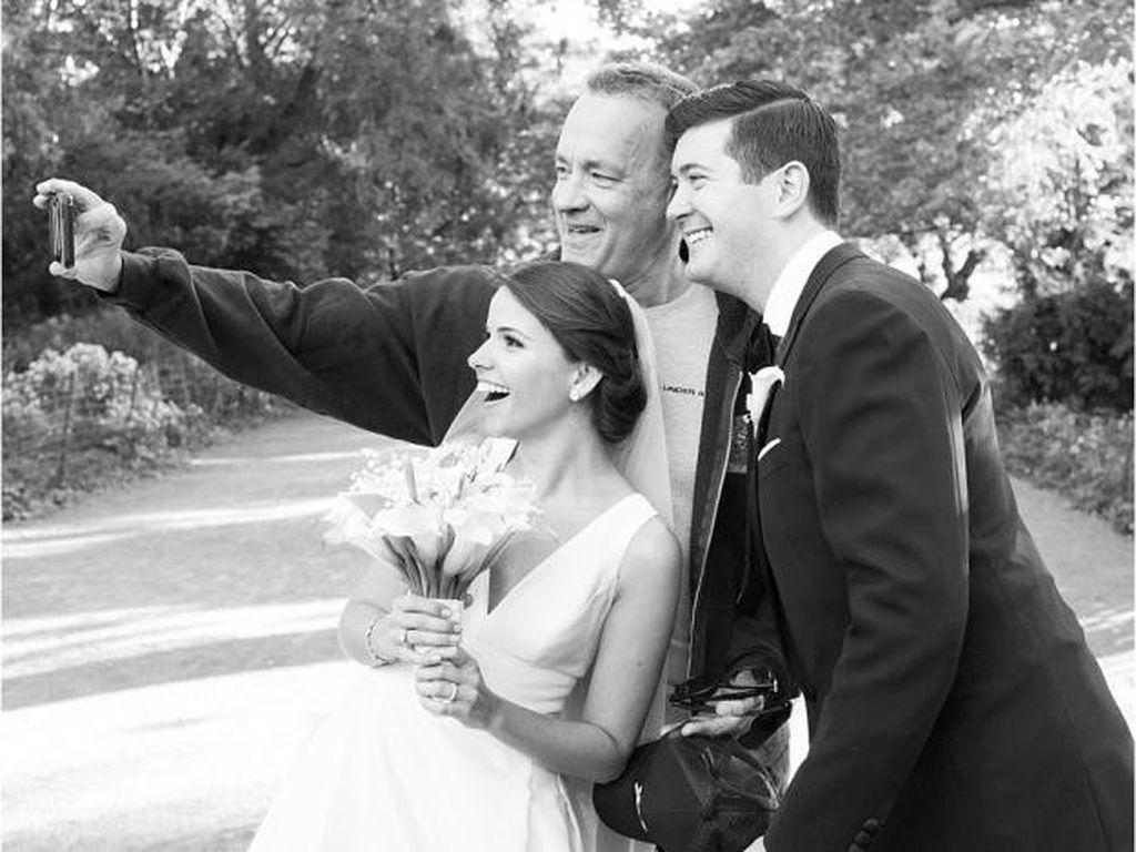 Foto Pernikahan di Taman, Sepasang Pengantin Dapat Kejutan dari Tom Hanks