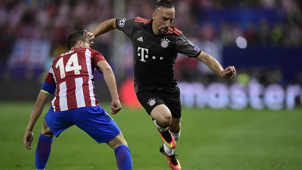 Atletico Madrid's midfielder Gabi (L) vies with Bayern Munich's French forward Franck Ribery during the UEFA Champions League Group D football match Club Atletico de Madrid vs FC Bayern Munich at the Vicente Calderon stadium in Madrid on September 28, 2016. / AFP PHOTO / JAVIER SORIANO