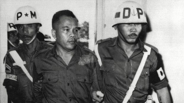 Photo date le 08 mars 1966 de l'ex-lieutenant colonel Untung, ancien commandant de la garde d'honneur du Prsident Sukarno, arrivant au tribunal militaire indonsien entre deux gardes. Le colonel Untung est accus de complicit dans le complot communiste avort de 1965. / AFP PHOTO