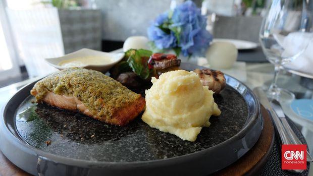Grilled salmon di bleu8 restoran