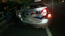 Tabrak Mobil, Xenia Milik Polantas Jaktim Terguling di Tol Dalkot