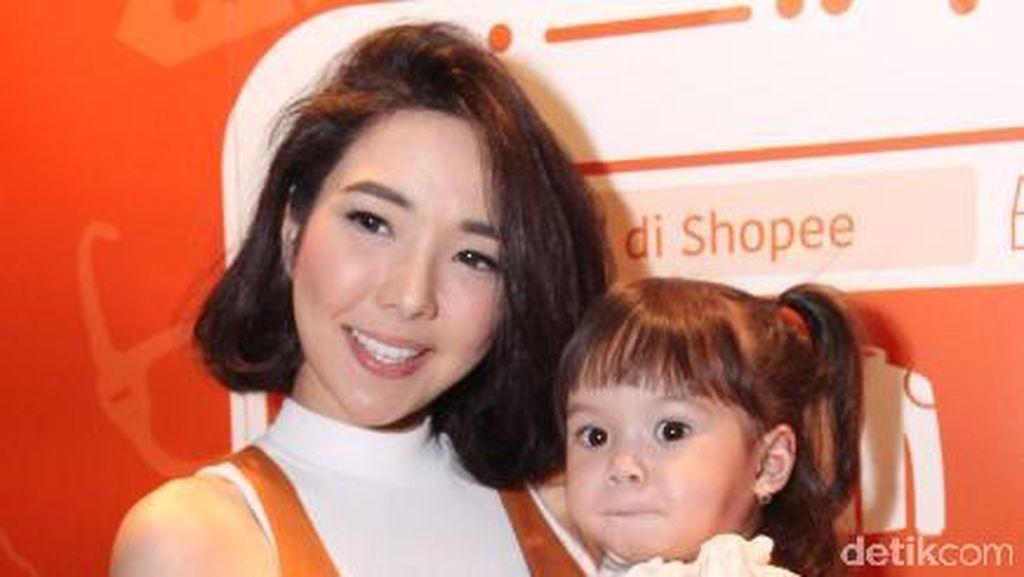 Boyong Gempi Promo Brand Baju, Gisel Kerepotan