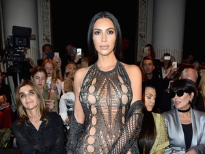 Chrissy Teigen Rela Rahimnya Dipinjam Kim Kardashian