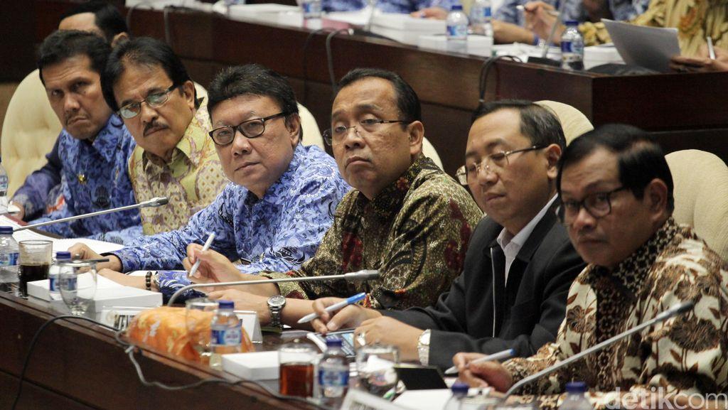 Komisi II Gelar Rapat Dengar Pendapat Bersama Menteri