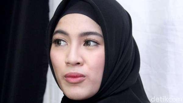Pesona Dewi Sandra dan Alyssa Soebandono dalam Busana Hitam